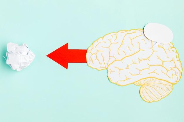 Papper hersenen met pijl