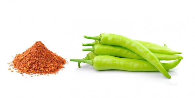 Paprika en cayennepeper op een witte ruimte wordt geïsoleerd die