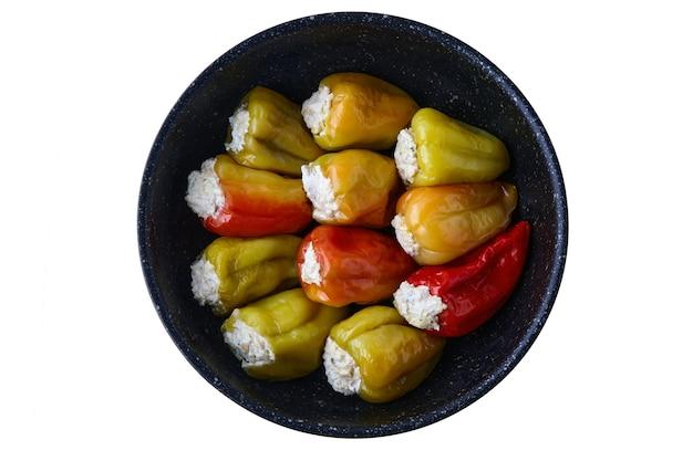 Paprika gevuld met gehakt in een koekenpan geïsoleerd