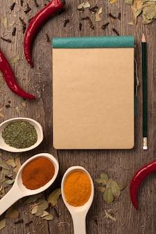 Paprikakruiden in lepels notitieboekje en potlood