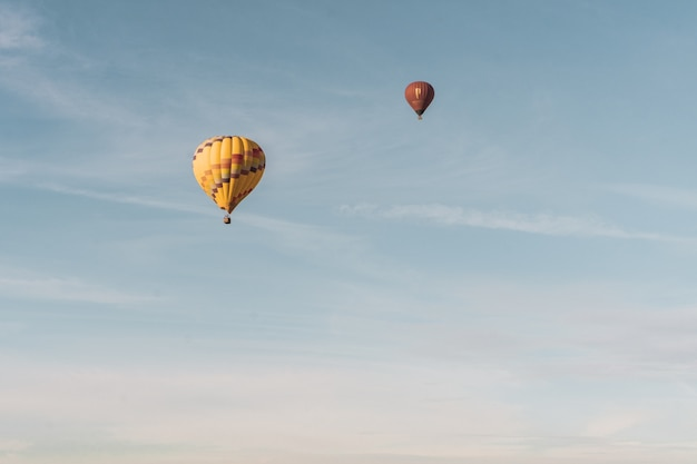 Parachutes vliegen overdag in de lucht