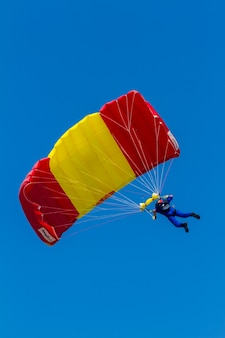 Parachutist van de papea neemt deel aan een tentoonstelling op de 12e internationale vliegshow van motril