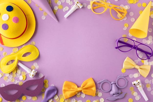 Parade masker en accessoires op kopie ruimte violette achtergrond