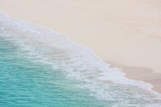 Paradijs in eiland met rimpel water splash op zandstrand en kalme en rustige blauwe golf zee