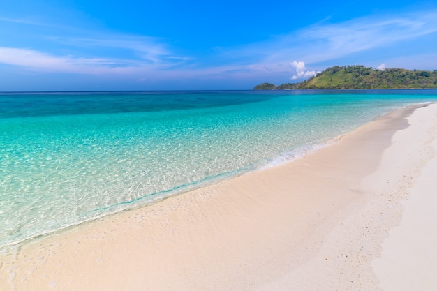 Paradijsstrand en de blauwe hemel bij khai-eiland in satun-provincie, thailand