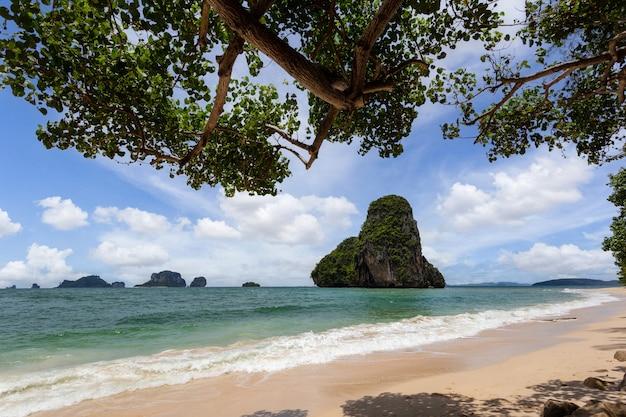 Paradijsstrand op tropisch eiland met blauwe hemel bij railay-strand, krabi-provincie, thailand