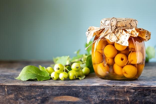 Paradise appeljam. paradise appels in suikersiroop op een oude houten ondergrond. oogsten van de herfstoogst. kopieer ruimte.