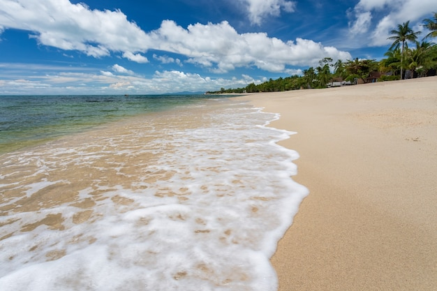 Paradise lamai beach, koh samui, thailand. nadat covid geen toeristen had, maakt de zee volledig ecologisch herstel