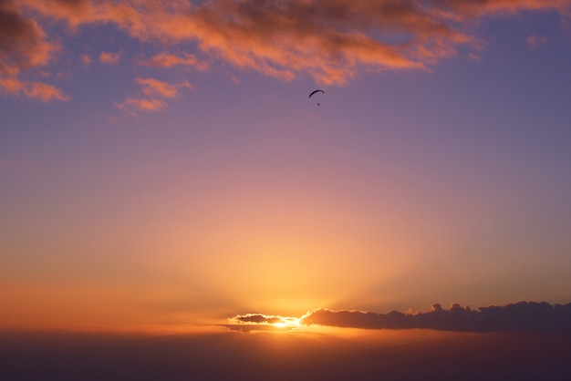 Paraglide-shilouette bij zonsondergang Premium Foto