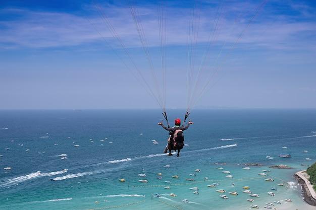Paraglide vrijetijdsbesteding extreem in het uitzicht op zee