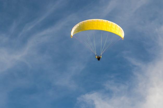 Paragliden in de blauwe lucht