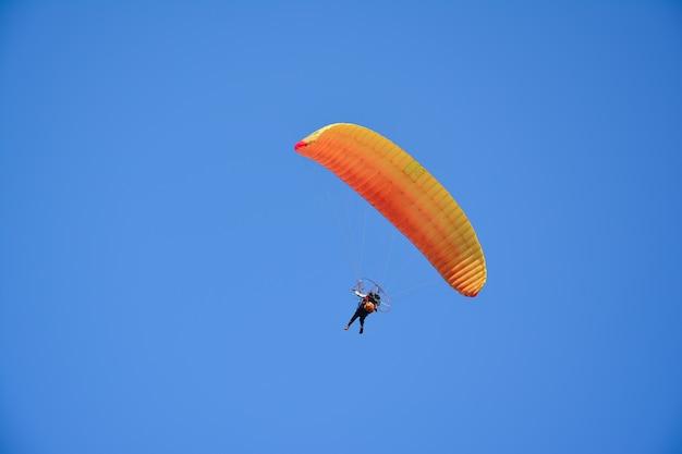 Paragliden in de lucht