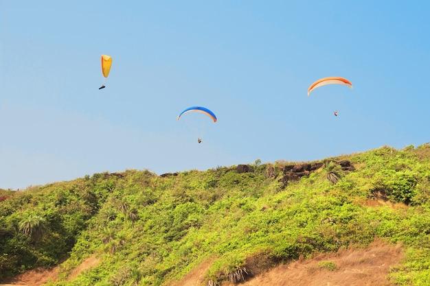 Paragliden over het strand van arambol. noord-goa, india