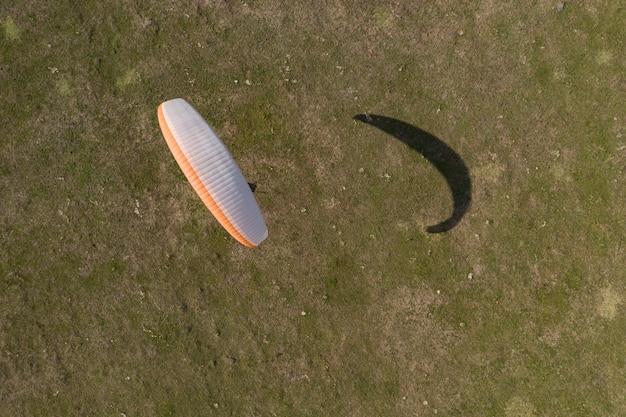 Paraglider bovenaanzicht, hij leert vliegen op een vliegtuigveld.