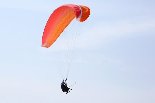 Paraglider die op een vleugel in de lucht vliegt