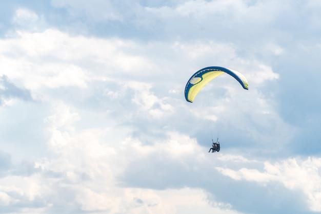 Paraglider in de lucht