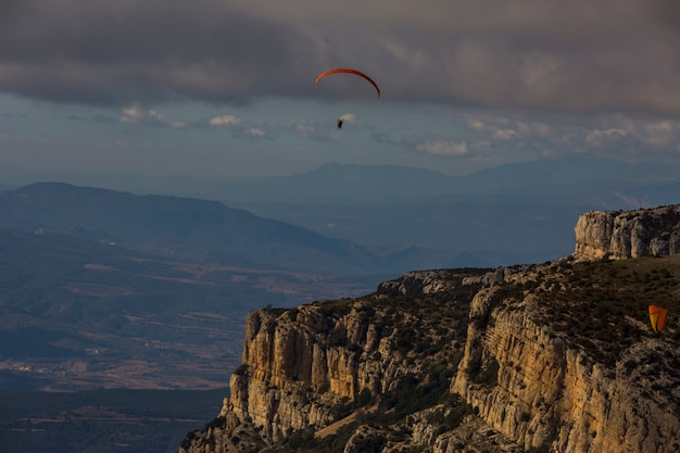 Paragliding in montsec, lleida, pyreneeën, spanje