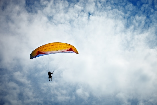 Paragliding langs prachtige kustlijn.
