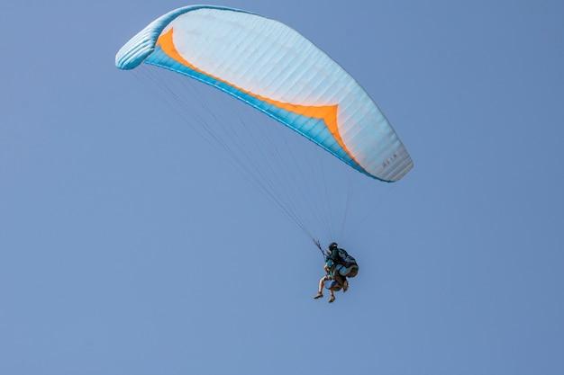 Paragliding vliegen op de heuvel van palomaret.