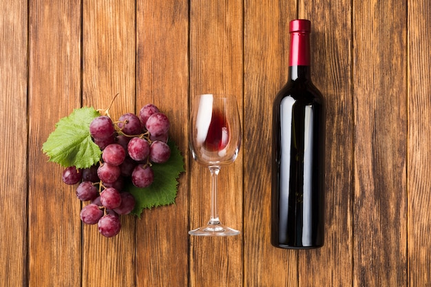 Parallelle wijn en rode druiven