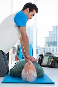 Paramedicus die reanimatie bij patiënt uitvoert