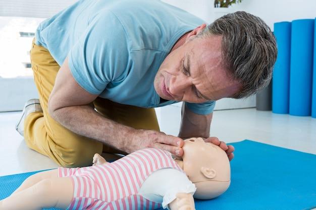 Paramedicus die reanimatie op proef oefent