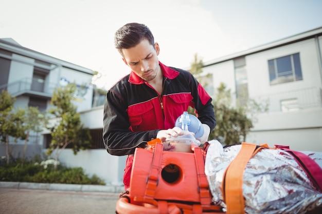 Paramedicus die zuurstof geeft aan gewonde vrouw