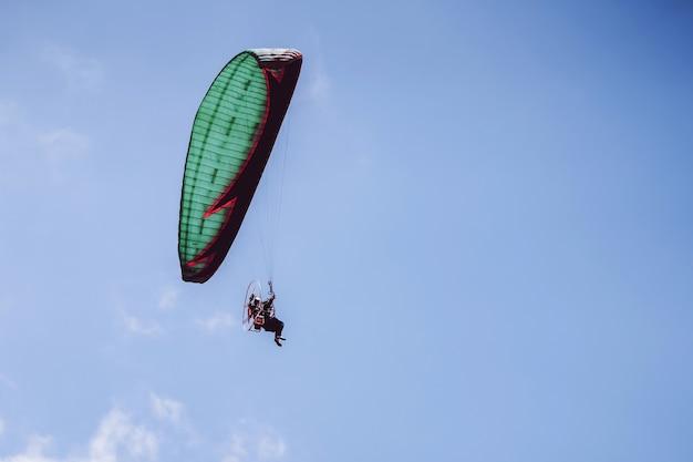 Paramotor die op blauwe hemel vliegt