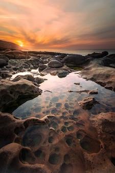 Paramoudras strand aan de baskische kust, vreemd echt geologische formaties strand.