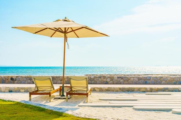Paraplu en stoel met uitzicht op zee