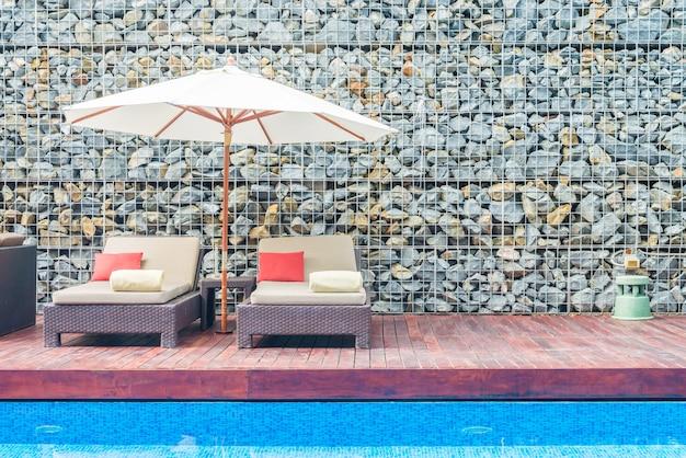 Paraplu en stoel met zwembad