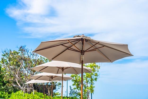 Paraplu en stoel op het strand zee oceaan met blauwe lucht en witte wolk