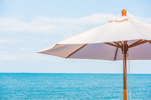 Paraplu en stoel op het tropische mooie strand