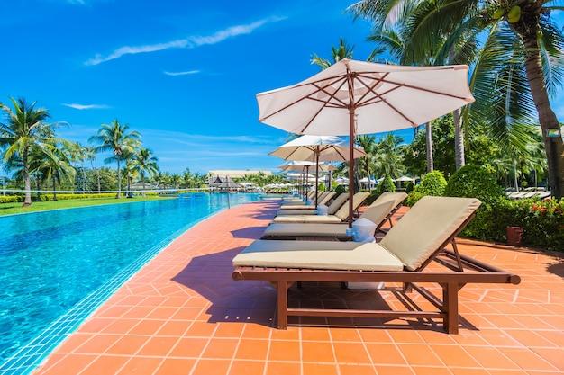 Paraplu en stoel rond het zwembad