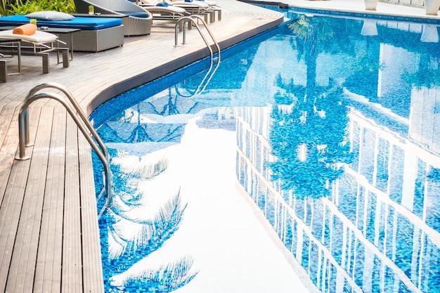 Paraplu en stoel rond mooi luxueus zwembad