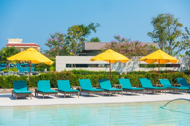 Paraplu en stoel rond zwembad