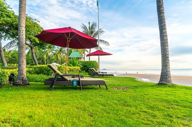 Paraplu met stoel met strand en zonsopgang in de ochtend - concept vakantie en vakantie