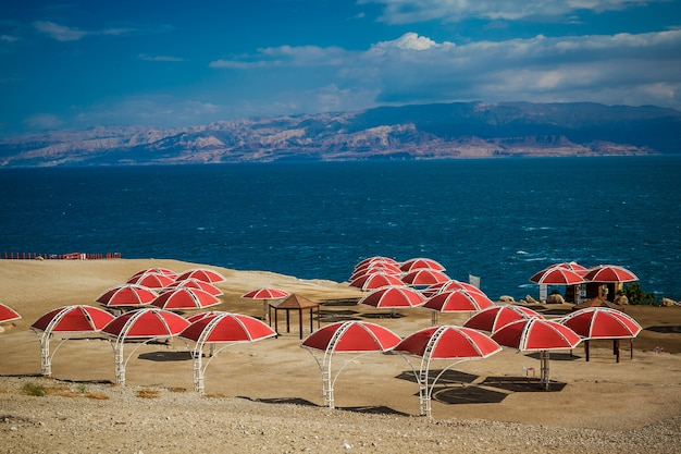 Paraplu's op het zandstrand van de dode zee, israël,