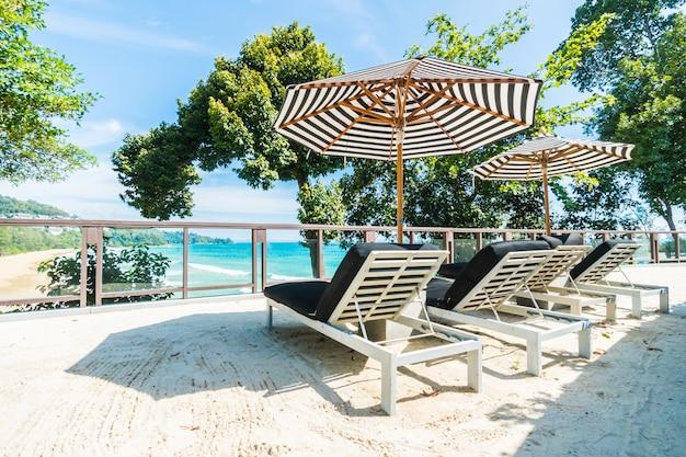 Paraplu zand lounge eiland zonnig