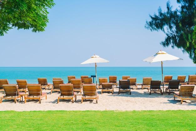Paraplu zwembad en stoel op het strand