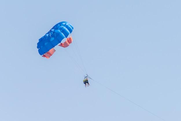 Parasailen in de lucht