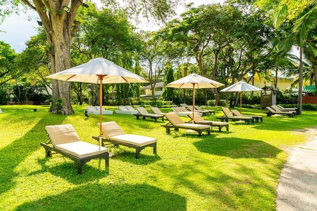 Parasol en ligstoel bij de tuin