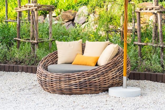 Parasol en ligstoel rond buitenzwembad in hotelresort met zee-oceaanstrand en kokospalm