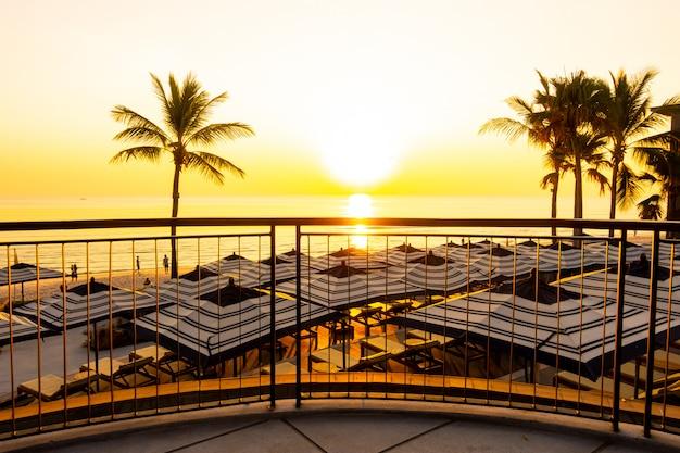 Parasol en stoel bank rond buitenzwembad in hotel resort voor reizen vakantie vakantie