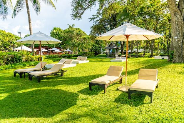 Parasol en stoel in de tuin om te zonnebaden of te ontspannen