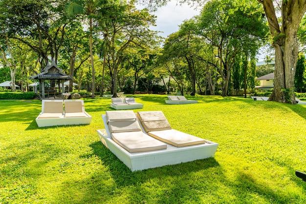 Parasol en stoel in de tuin om te zonnebaden