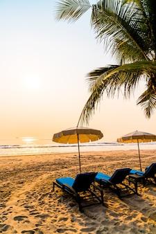 Parasol stoel strand met palmboom en zee strand