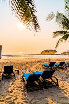 Parasols en bureaustoelen op het strand