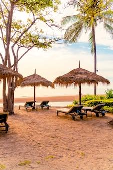 Parasols en ligstoelen op het strand
