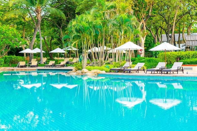 Parasols en ligstoelen rondom zwembad